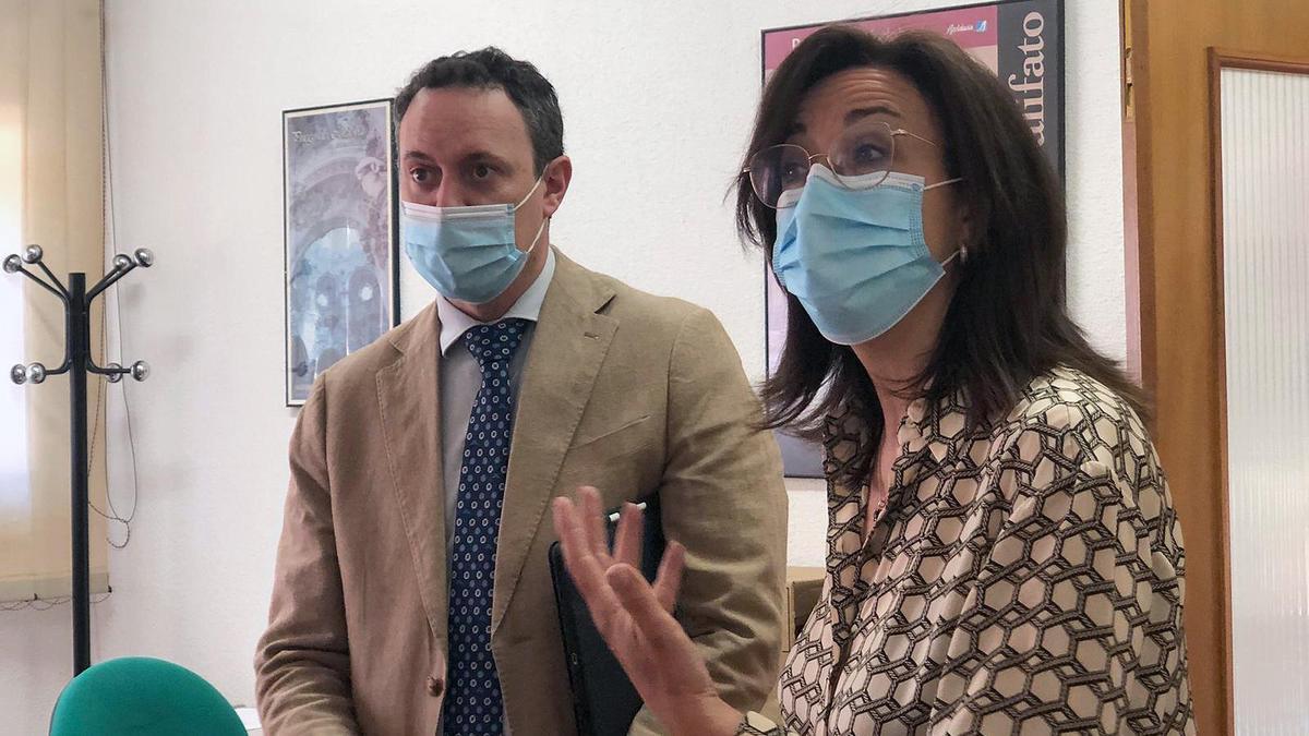 Juan Ramón Pérez y María Luisa Ceballos, durante su visita a la oficina agraria de Priego.