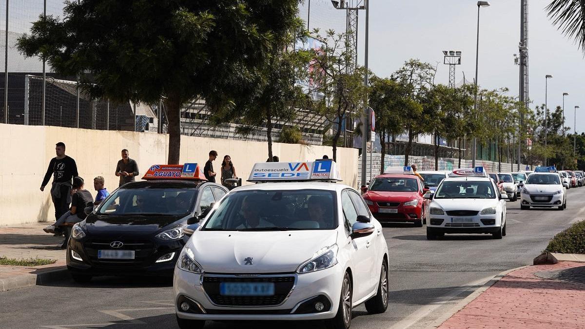 Coches de autoescuelas frente a la Jefatura Provincial de Tráfico, en una imagen de hace unos meses.