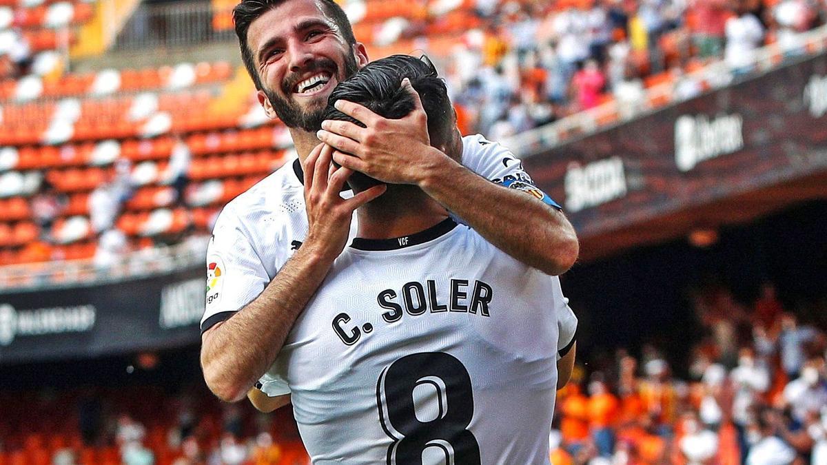 José Luis Gayà se abraza a Carlos Soler, tras el segundo gol del Valencia frente al Eibar. | BIEL ALIÑO/EFE