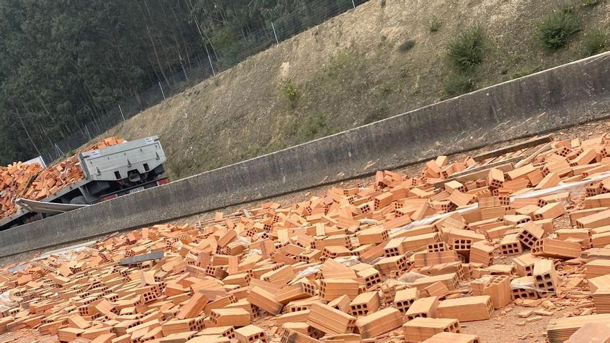 Un camión pierde parte de su carga de ladrillos en la AP-53