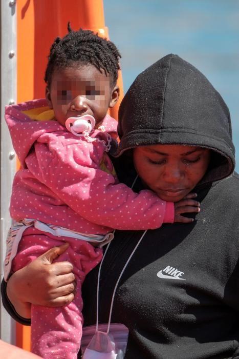 Salvamento Marítimo rescata en Gran Canaria a 31 personas en una patera, entre ellos tres niños