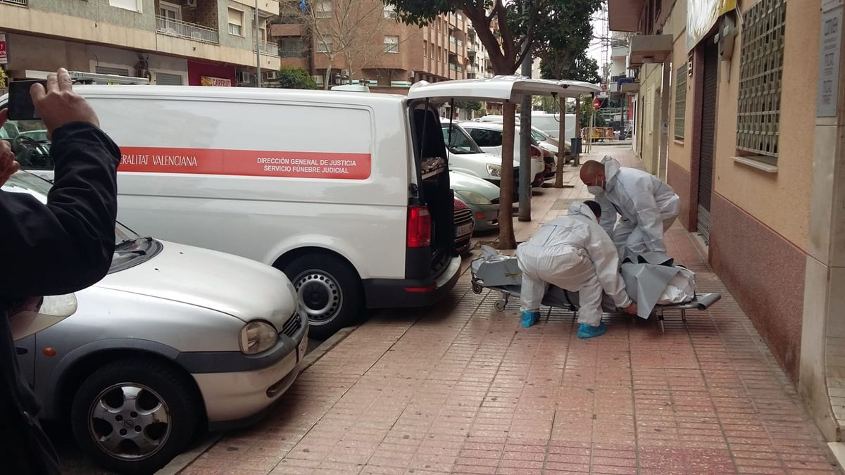 Operarios del retén fúnebre se llevan el cuerpo sin vida de Carlos Almiñana.