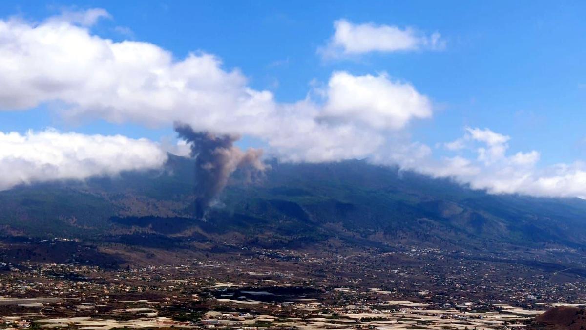 La columna de fum del volcà en erupció a l'illa de La Palma, el 19 de setembre del 2021
