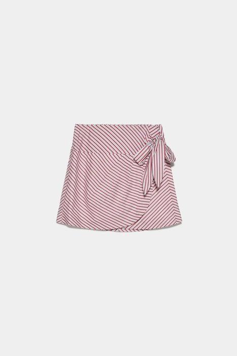 Falda de rayas de Zara. (Precio: 25,95 euros)