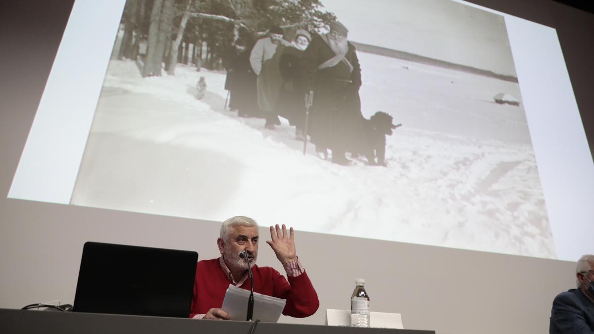 Fidel García, con sus papeles, durante su charla.