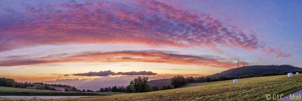 Sortida del sol al Moianès amb un cel ben ple de colors.