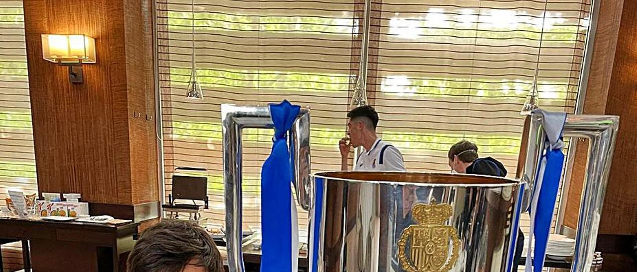David Silva posa con el trofeo de la Copa del Rey durante el desayuno de ayer. | | TWITTER