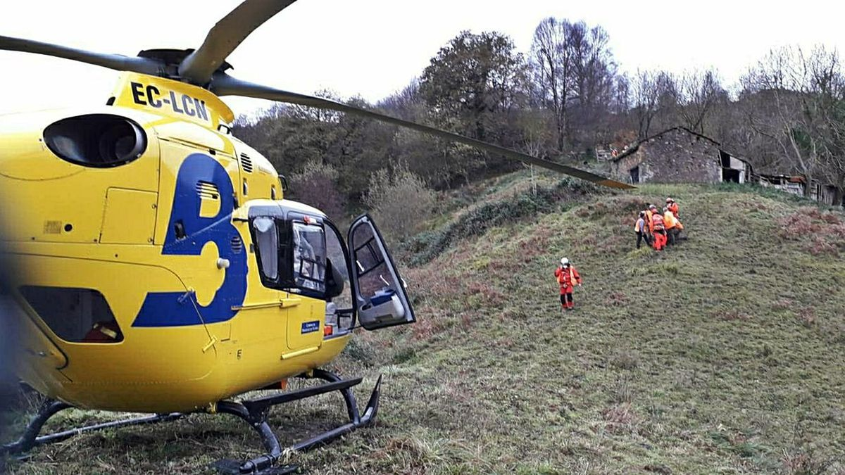 Los rescatadores llevan al herido hasta el helicóptero.   Sepa