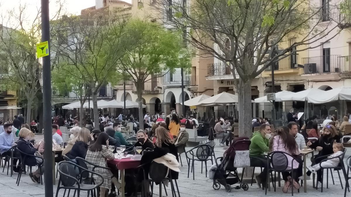 Terrazas llenas en la plaza Mayor.