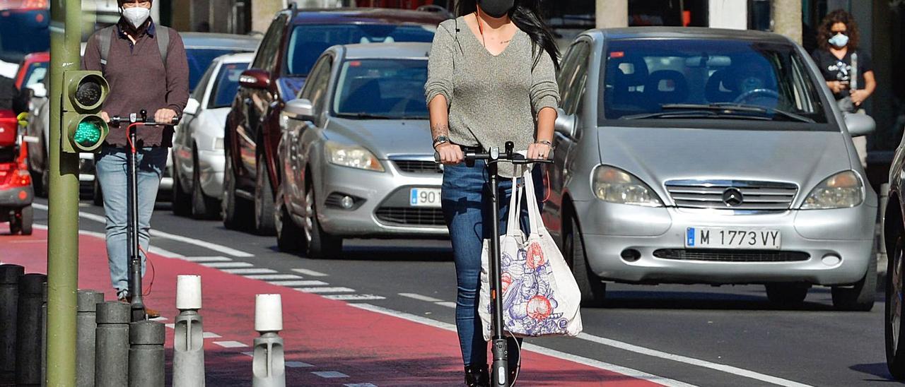 Varias personas circulan en patinente por un carril bici de la capital grancanaria. | | JOSÉ CARLOS GUERRA