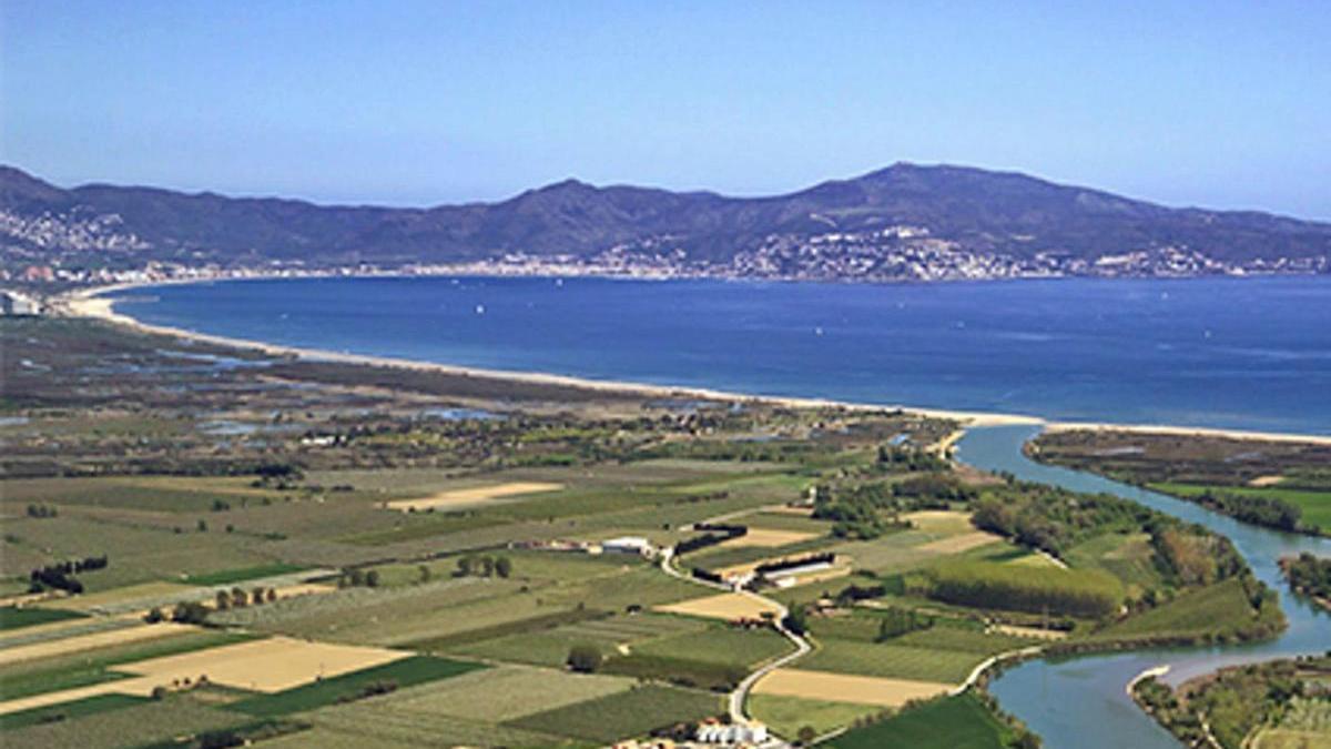 Sant Pere Pescador llueix al centre de la Badia de Roses