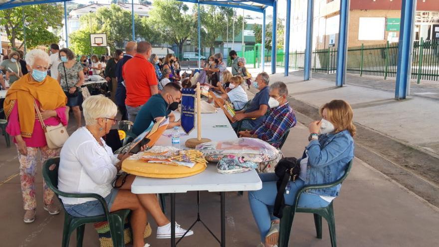Un encuentro de encaje de bolillos congrega a 200 participantes en Navalmoral de la Mata