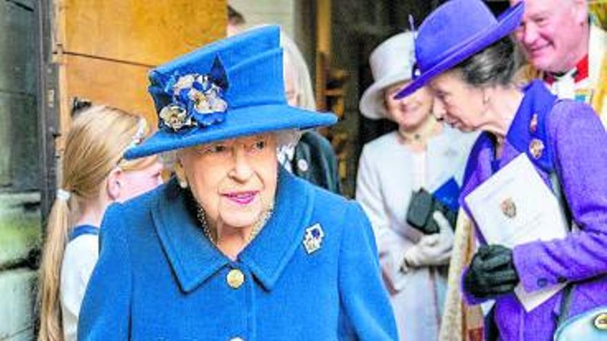 La reina Isabel II, con bastón por primera vez en público