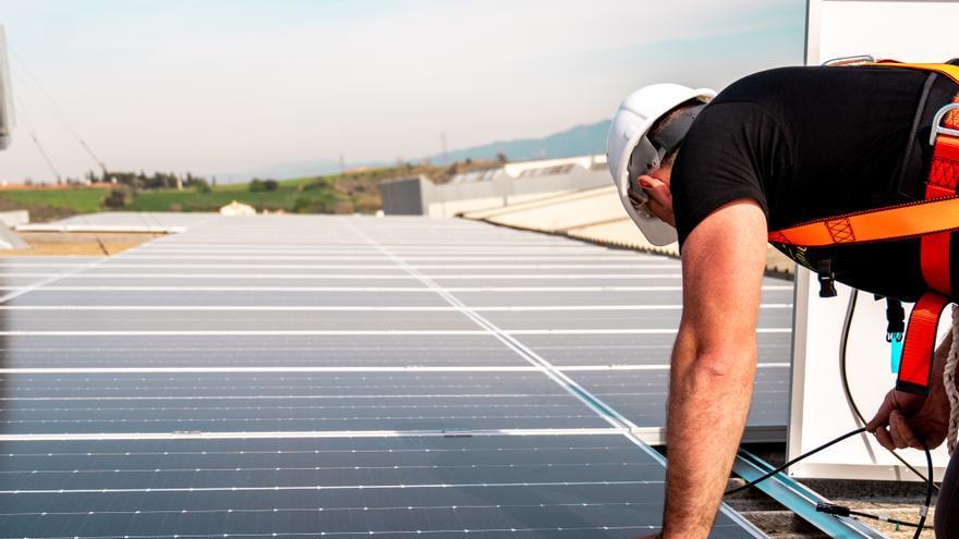 Energia solar a la teva teulada: una solució neta que estalvia fins al 35% en la factura de la llum