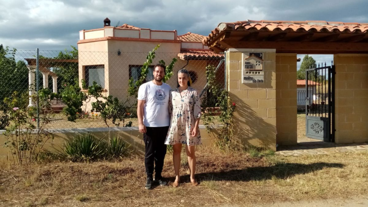 El matrimonio posa junto a la casa rural de Olleros de Tera. / E. P.