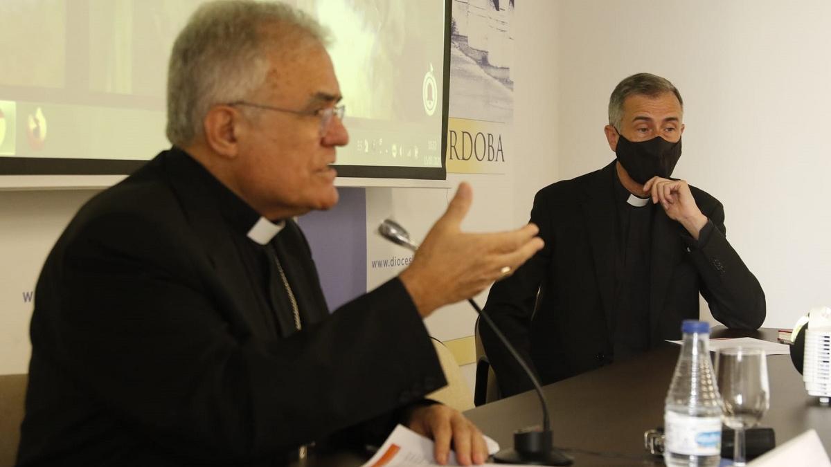 El obispo de Córdoba, Demetrio Fernández, y el director del Secretariado Diocesano de Patrimonio Cultural, Jesús Daniel Alonso.