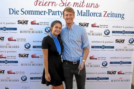MZ-Redakteur Ralf Petzold mit einer Mitarbeiterin vom Mhares Sea Club