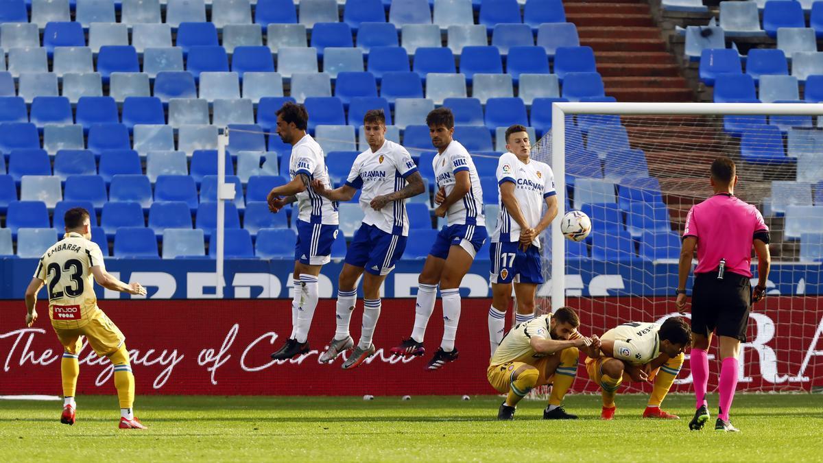 La barrera del Real Zaragoza tapa la falta lanzada por Embarba en el partido ante el Espanyol.