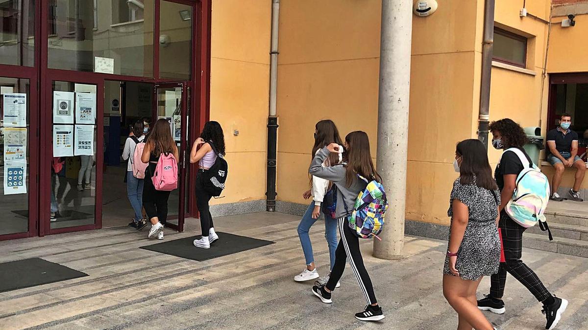 Un grupo de estudiantes entra al IES Cardenal Pardo Tavera. | I. F.