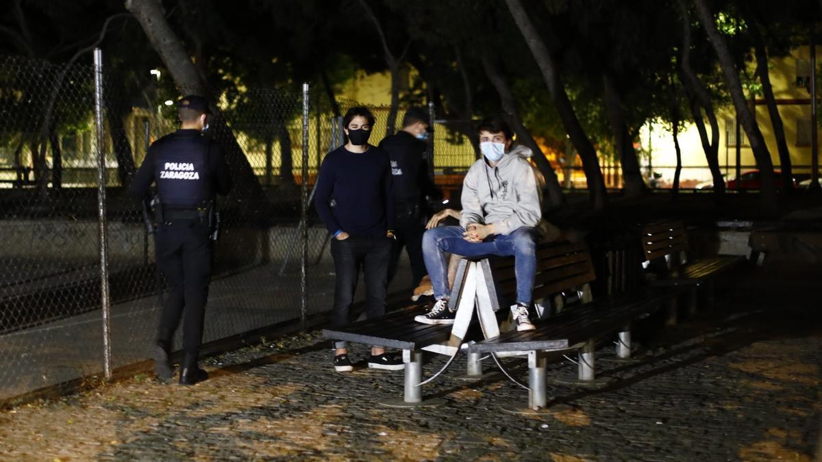 Jóvenes, ayer por la noche en la zona de la Ribera del Ebro tras el toque de queda