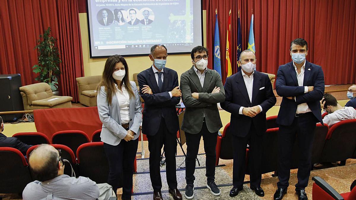 Por la izquierda, Sheila Méndez, Javier Sáenz de Cubera, Manuel Blanco, Javier Junceda y Juan Carlos Campo, en la Escuela Politécnica, antes de la mesa redonda.