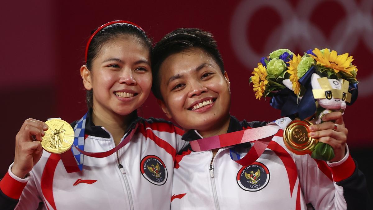 Greysia Polii y Apriyani Rahayu, en el podio con sus medallas de oro.