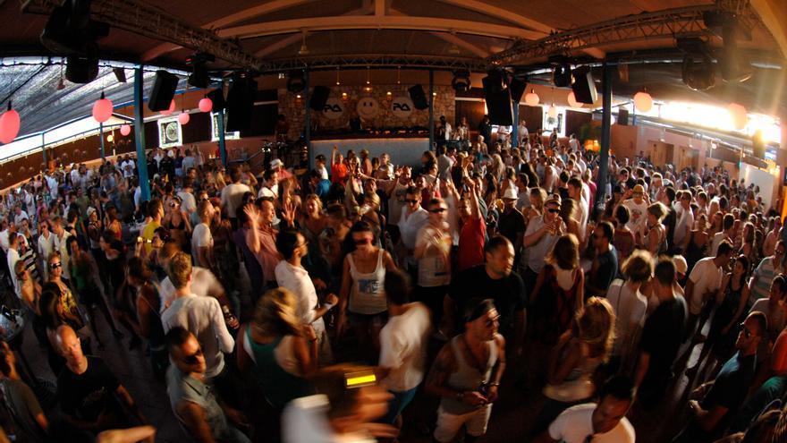 El baile regresa a la pista en Ibiza, pero con mascarilla