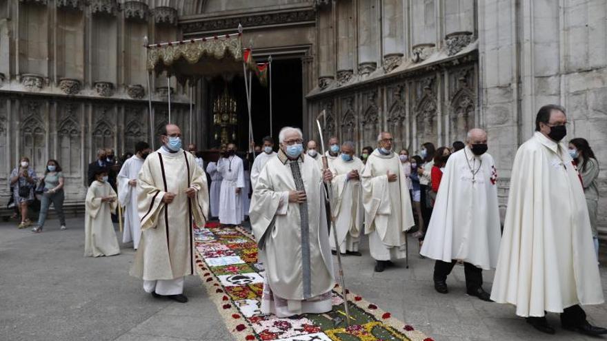 Les processons i les catifes de flors tornen a vestir la celebració del Corpus