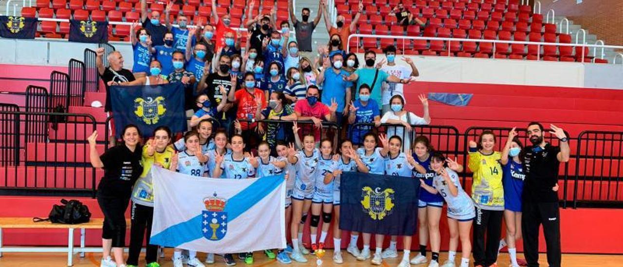 El equipo cangués, con sus aficionados y familiares, celebra ayer la medalla de bronce en el Campeonato de España en Elda.    //