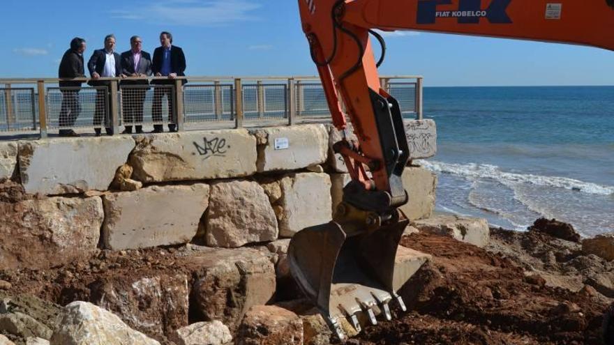 Orpesa repara sus playas cara a Semana Santa