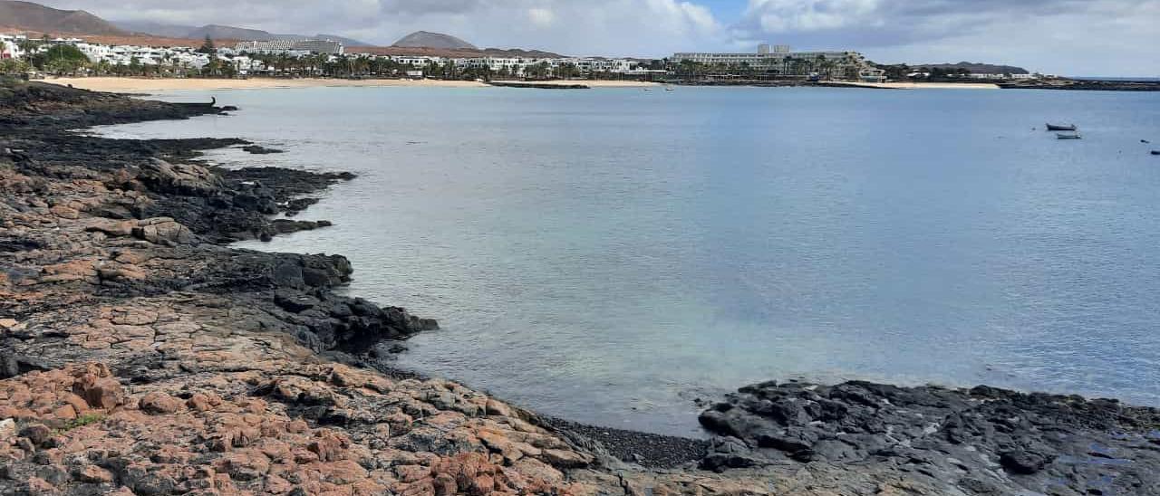 Vista de la playa de Las Cucharas, en Costa Teguise, localidad en la que el príncipe saudí pasó sus vacaciones.