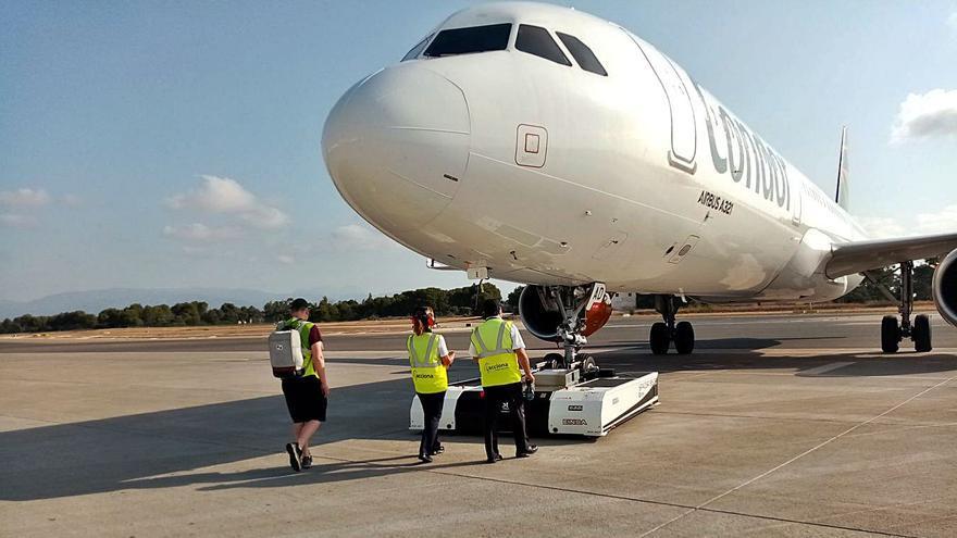 Prueba piloto en el aeropuerto de Palma para remolcar aviones de forma teledirigida