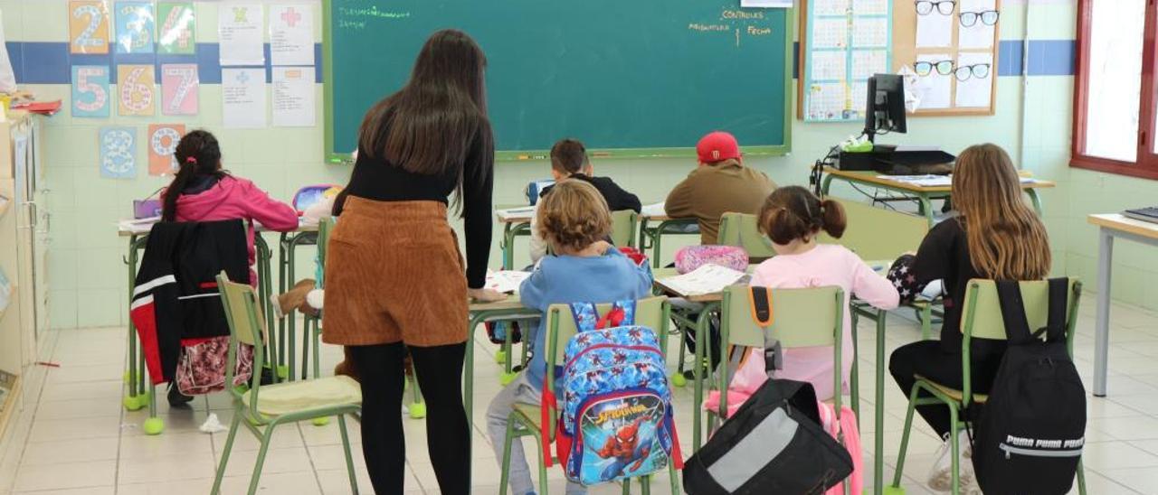 Los siete alumnos de Primaria con María, la directora del colegio público San Luis de El Realengo, durante esta semana.