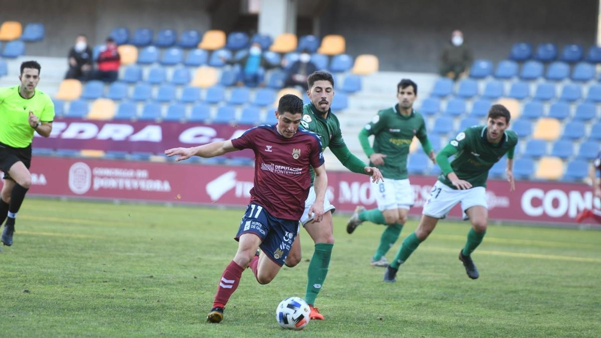 Un momento del partido disputado esta tarde entre Pontevedra y Rácing de Ferrol en Pasarón