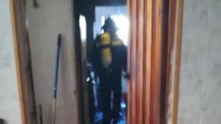 Un fuego obliga a evacuar a tres personas y dos perros en Miller Bajo