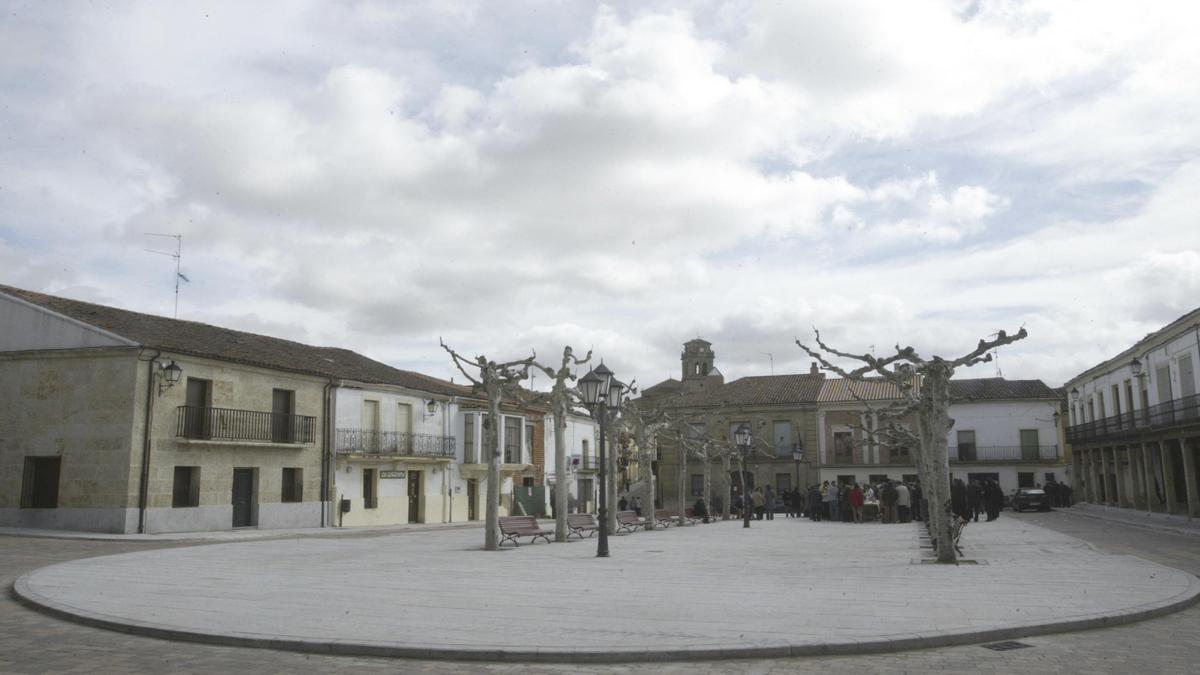 Plaza de Fuenteaúco, donde el autobús recoge a los viajeros