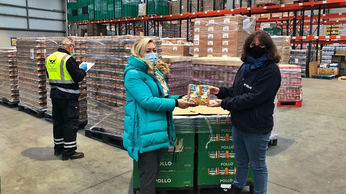 Noelia Iglesias, responsable de relaciones externas de Mercadona, y María Velasco, coordinadora de la Fundación Banco de Alimentos, durante la entrega de la mercancía.