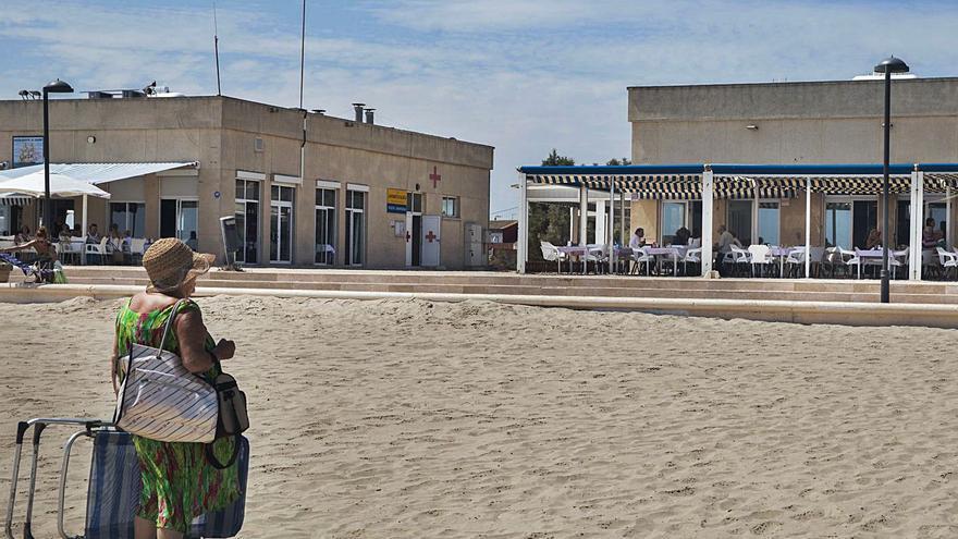 Costas obliga a los chiringuitos de Pinedo a quitar obra dura