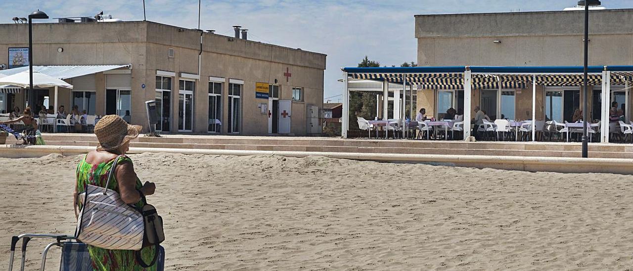 Bañistas y terrazas de la playa de Pinedo. | GERMAN CABALLERO