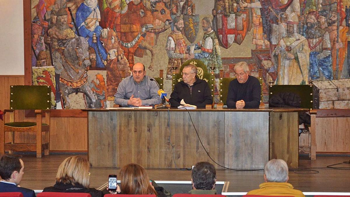 Representantes de la Asociación de la Defensa de la Sanidad Pública en Benavente en un encuentro previo a la pandemia. | E. P.