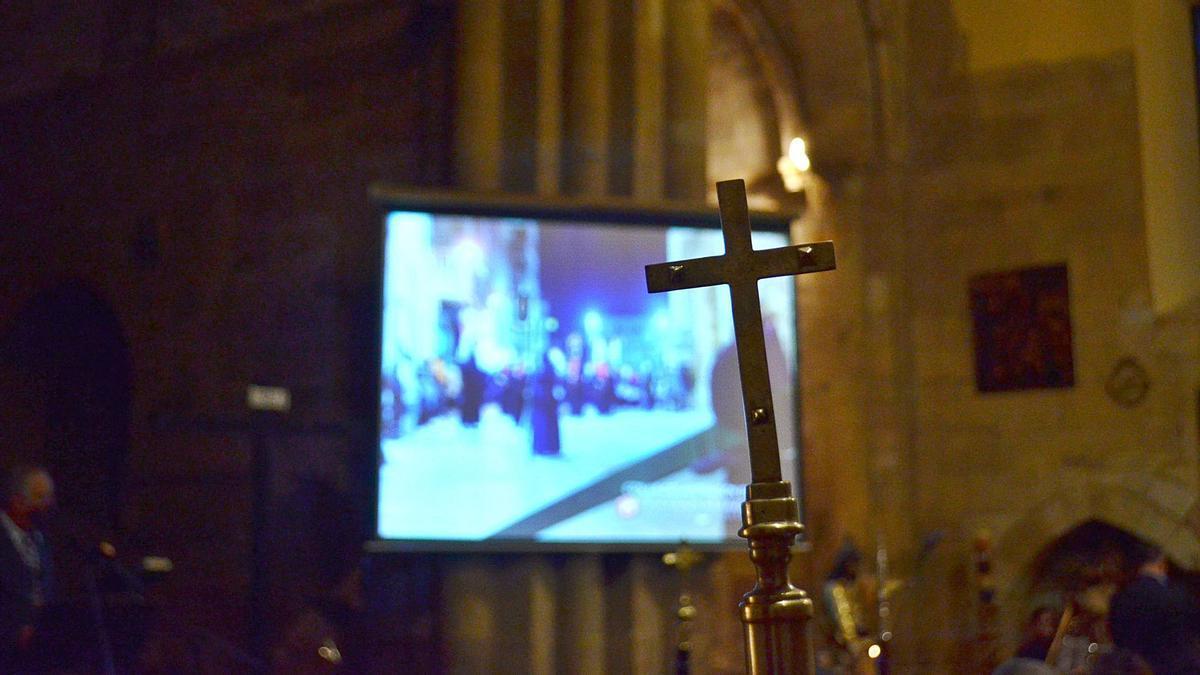 La cruz protagonizó ayer el simbólico acto realizado por la Cofradía de la Santa Vera Cruz, en Jueves Santo, en la iglesia de San Juan. | E. P.