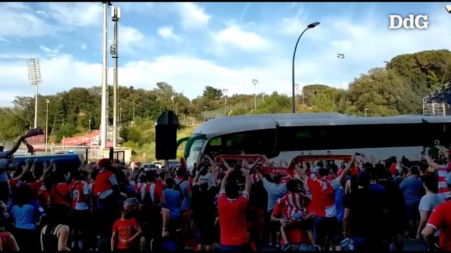 Xiulets i crits a l'arribada dels autocars del Rayo