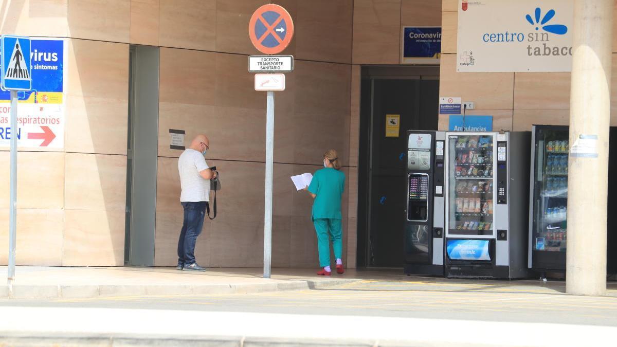 Una profesional del Hospital Santa Lucía salía ayer a la puerta de Urgencias con ropa de trabajo. J. CABALLERO