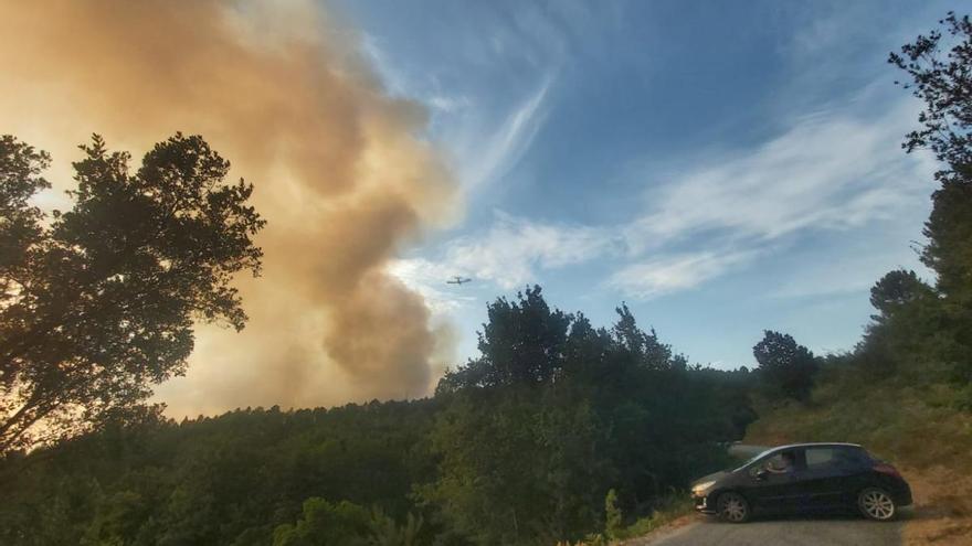 Un incendio forestal en Ponteareas pone en peligro una zona residencial