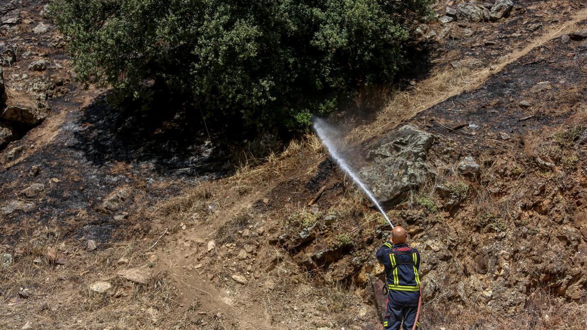 Un bombero trabaja en la extinción de uno de los focos del incendio del pantano de San Juan, a 1 de agosto de 2021, en San Martín de Valdeiglesias, Madrid.