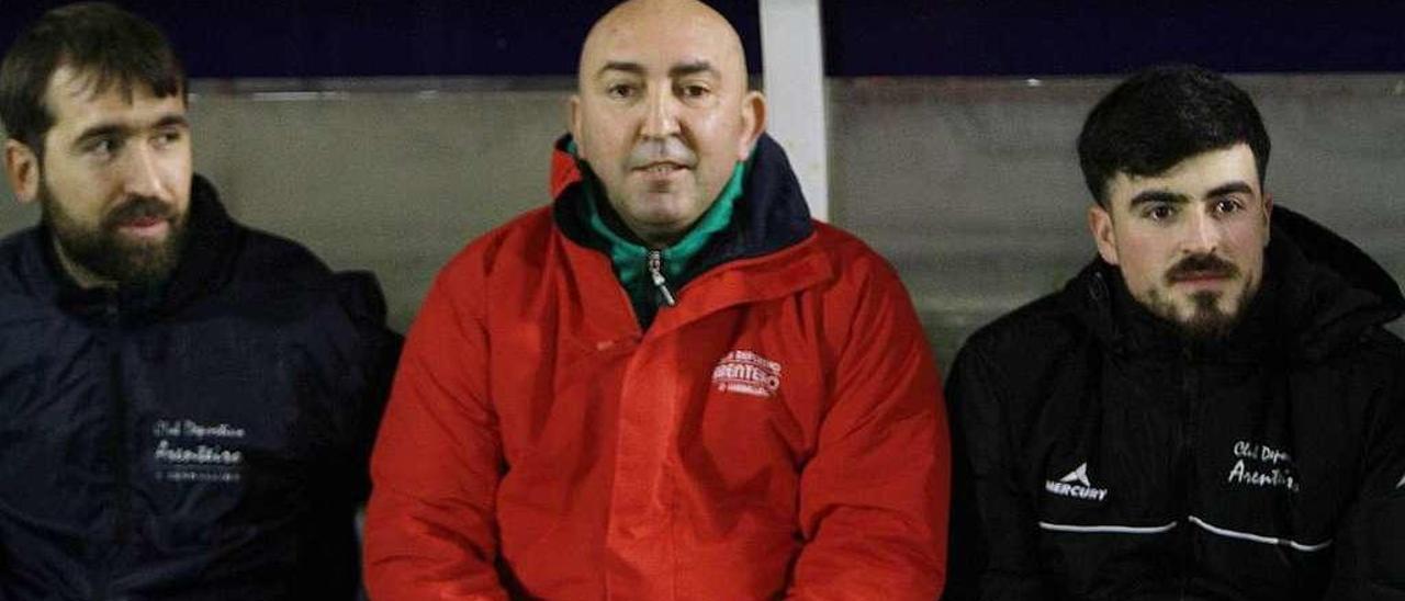 Rogelio Gómez, Gelucho, en el banquillo del campo de O Couto durante el partido contra el Ourense CF. // Iñaki Osorio