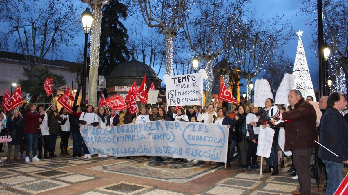 Un centenar de personas apoyan en Lucena a las limpiadoras de centros educativos en huelga