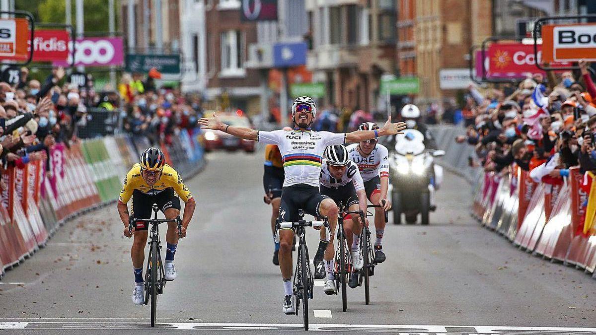 Alaphilippe celebra su supuesta victoria mientras Roglic se cuela por su derecha.