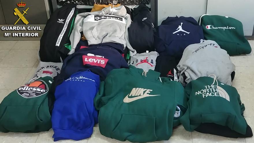 La Guardia Civil interviene más de un centenar de prendas supuestamente falsificadas en el mercadillo de Bueu
