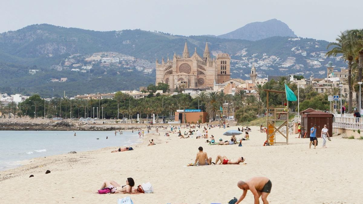 Bañistas en una de las playas de Palma.